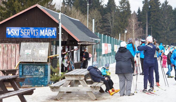 Běžkaři se mohou radovat. O dostatek sněhu na bedřichovském stadionu se postará nová technika