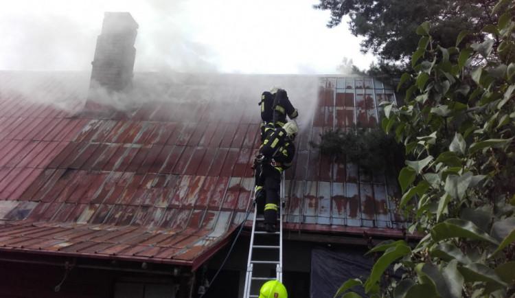 Hasiči bojovali s požárem domu, zásah jim komplikovaly sršně