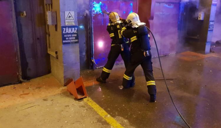 FOTO: Hasiči už několik hodin bojují s požárem odpadu v liberecké spalovně
