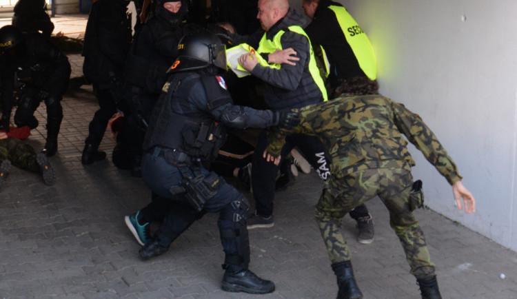 FOTO, VIDEO: Pořádková jednotka v akci. Cvičila vyklizení sektoru na stadionu U Nisy