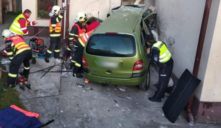 FOTO: Auto v Liberci projelo zdí rodinného domu. Řidiče museli vyprostit