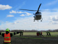 Jedenáct hasičských jednotek zasahovalo u požáru paseky, na místo byl přivolán i vrtulník