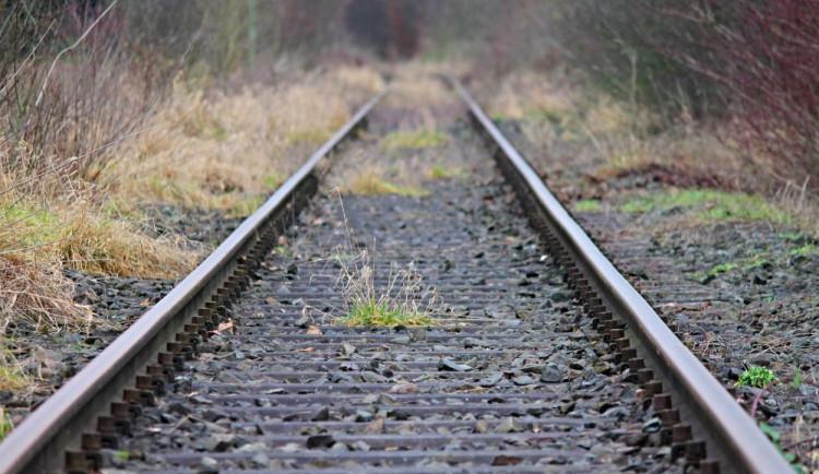 Na kolejích vyhasl další život. Ke střetu vlaku se starším mužem došlo v Sosnové