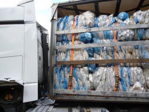 Kamion plný plastového odpadu.