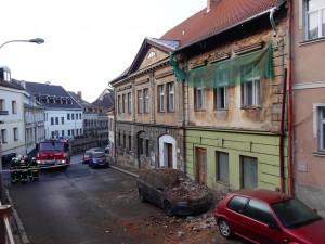 V jiráskově ulice spadla část zdi na auto.