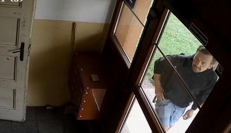 VIDEO: Ze zahrady na Františkově ukradl elektrokolo. Natočila ho kamera na domě
