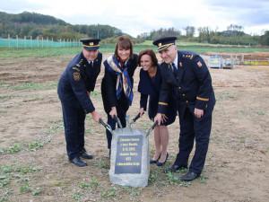 Včera proběhlo slavnostní poklepání na základní kámen nové stanice v Doksech.