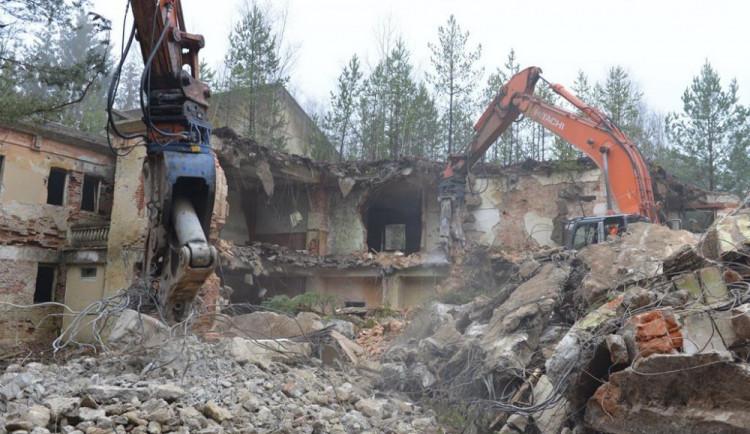Z Ralska zmizí dalších deset budov, kraj pokračuje v demolici nevyužívaných objektů