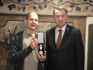 Ivo Raisr za svůj čin obdržel od hejtmana medaili.