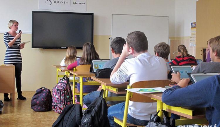 Zabezpečení škol se v posledních letech zlepšuje. Nechybí elektrické zvonky ani vrátní