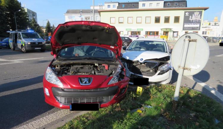 FOTO: Nehoda před jabloneckým gymplem. Řidička nedala přednost