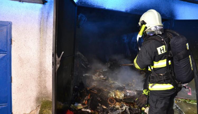 FOTO: Včera v noci zasahovaly hasičské jednotky u požáru garáže v Liberci