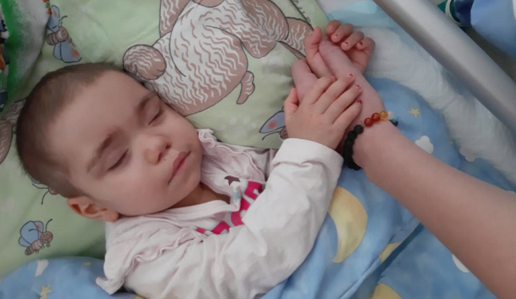 Tříletá Samantha čeká na vhodného dárce kostní dřeně. Do registru se nechala zapsat i pětice policistů