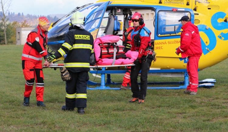 Auto u Nového Boru narazilo do betonové zídky. Spolujezdkyně zemřela, řidiče transportoval vrtulník do nemocnice