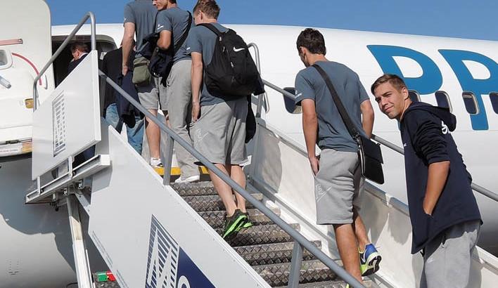 Fotbalisté nastupují do letadla. Jako poslední jde mladík Hdaščok