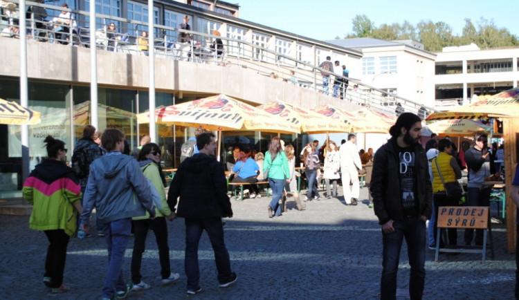 Odpoledne se kampus univerzity začal plnit