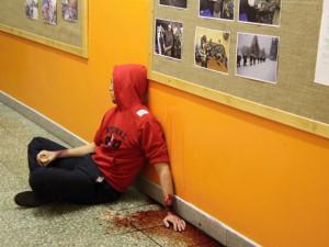 Postřelený student na chodbě školy