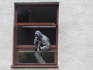 Střelec v okně budovy