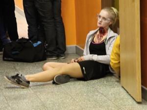 Zraněná studentka čeká na ošetření