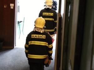 Hasiči pomáhali s odnášením zraněných