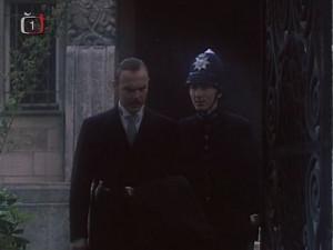Vyštřovatel Vašut vychází z vily bývalého rozhlasu...