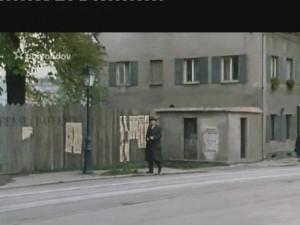 Maigret prochází kostelní ulicí