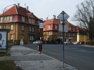 Jde o Žižkovo náměstí mezi kasárnami.