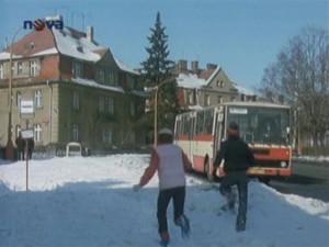 Jitka a Luboš utíkají na autobus, ve kterém už sedí Karfík