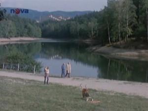 Učitel KArfík v jiném díle potká u přehrady kolegu Lamače.