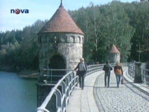 Hned v prvním díle se učitel Karfík prochází po přehradě.