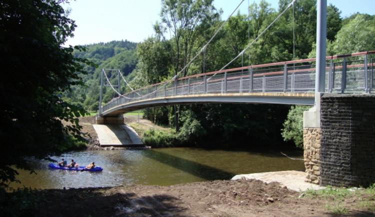 """Lávky na cyklostezce Greenway Jizera v úseku Dolánky - Líšný. Investiční náklad: cca 10 mil. Kč na lávku. Lávky jsou součástí cyklostezky nazvané """"GREENWAY Jizera"""", která propojuje města a obce podél toku řeky. Jejich umístění umožňuje bezpečnou cestu tur"""