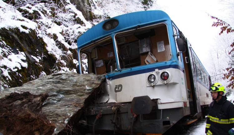 Na Semilsku narazil vlak do kamení, devět zraněných