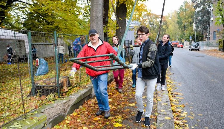 Studenti probouzejí park v Komenského ulici k životu