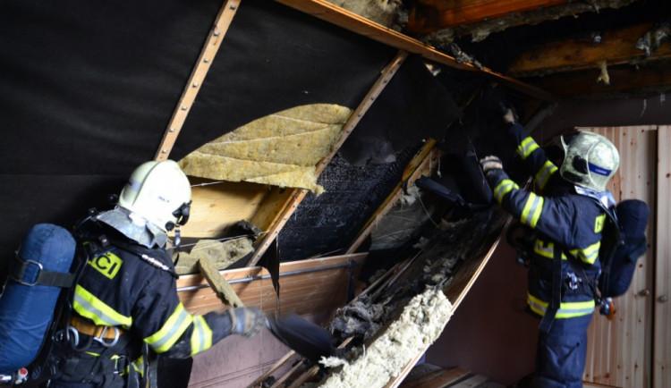Pět jednotek hasičů bojovalo s požárem domu na Starém Harcově