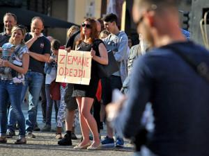 Lidé se sešli protestovat proti prezidentu Zemanovi a Andreji Babišovi
