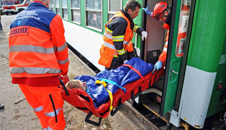 Cvičení hasičů: Srážka vlaku s mnoha zraněnými