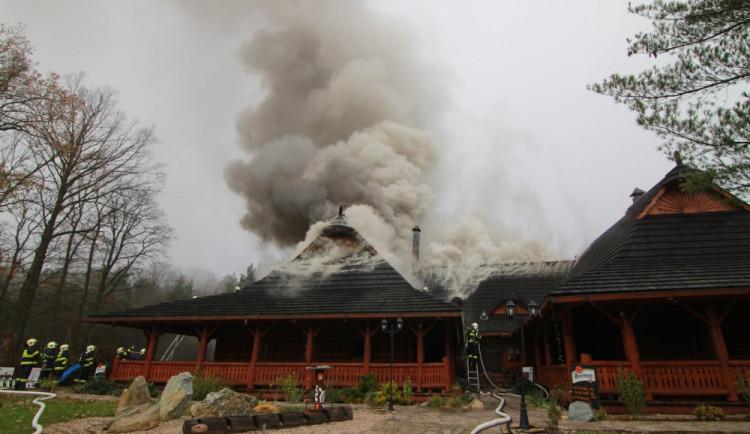 FOTO: Z koliby 4 Kameny zbylo jen ohořelé torzo. Škoda je 30 milionů, požár způsobily zase v komíně