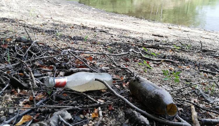Odpadky u jablonecké přehrady
