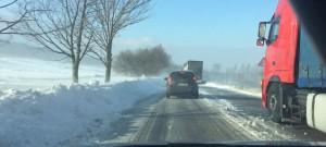 Sněhové jazyky uvěznily na Albrechtickém kopci kamiony