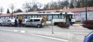 Auto v Liberecké ulici narazilo do tramvaje