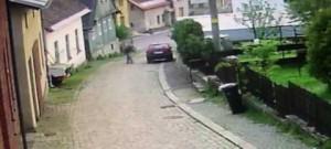 Seniora porazilo jeho vlastní auto