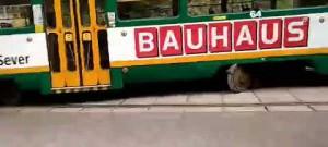 Vykolejená tramvaj u viaduktu