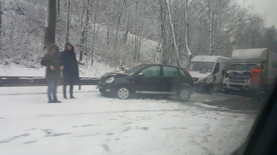 1ee0f3936 Hemrich neboli silnice přes Oldřichov je od středečního poledne uzavřena  pro veškerou dopravu. Důvodem je nesjízdný kopec a zablokováný silnice auty.